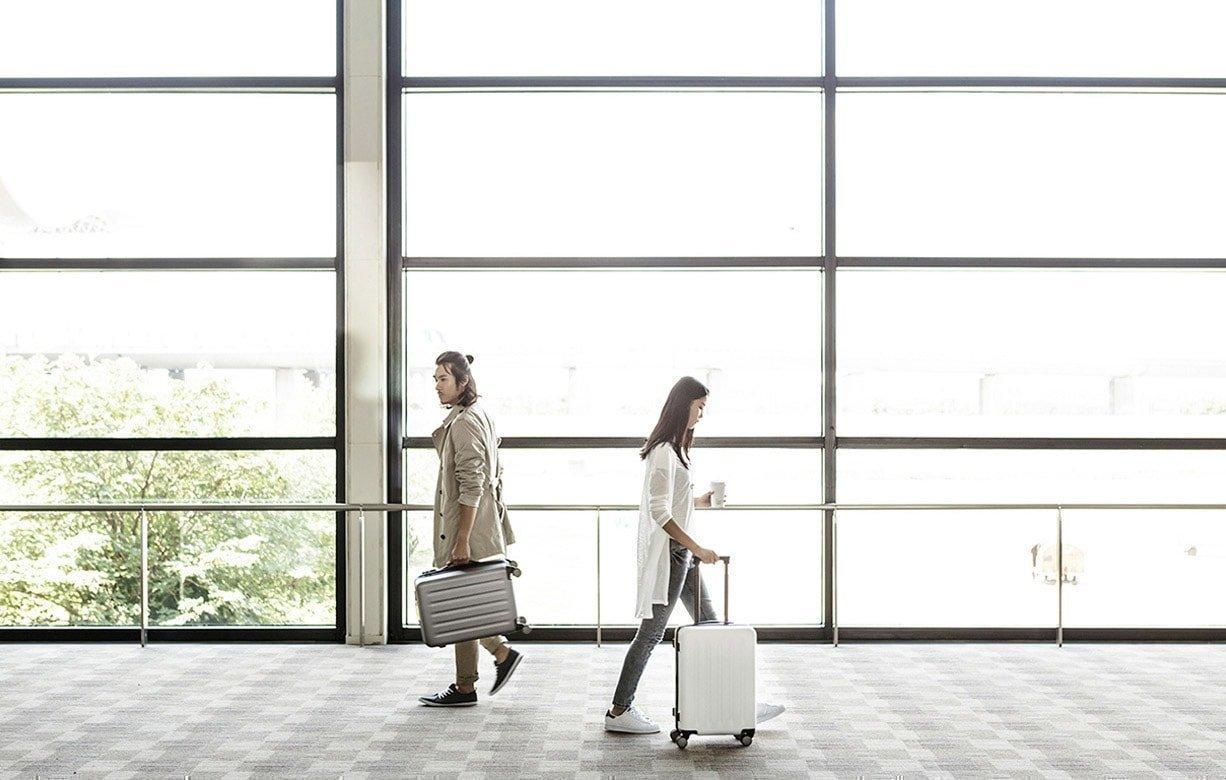 Вы можете нести чемодан в руках или везти на колесиках